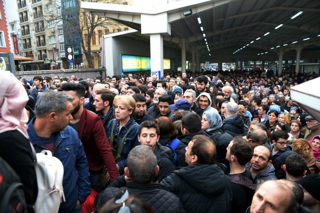 İstanbul'da tüm vapur seferleri iptal, Marmaray'da izdiham