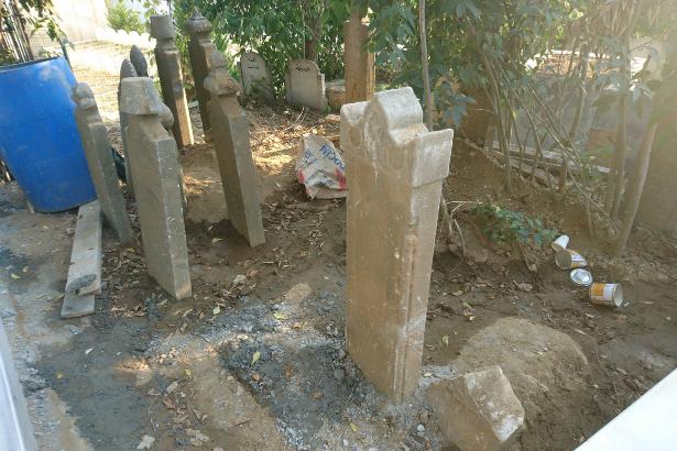 İBB tarihi mezar taşlarını kırıp yerine mermer mi döşedi?