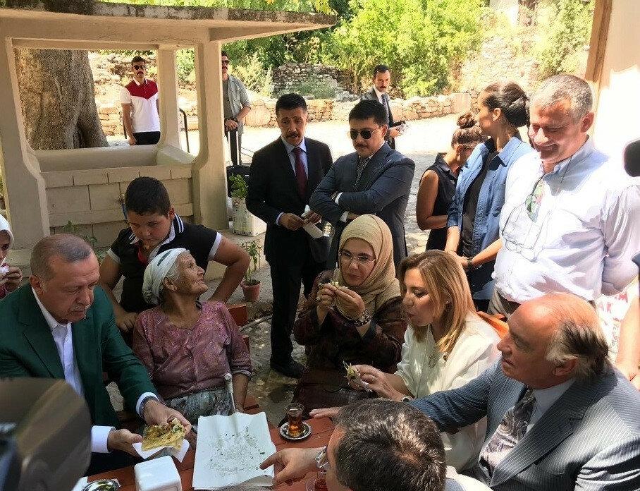 Hilal Kaplan işi gücü bıraktı, Emine Erdoğan'ın türbanına puan verdi